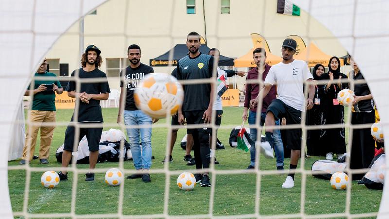 نجوم الكرة الإماراتية خلال اختيار الأطفال الفائزين. من المصدر