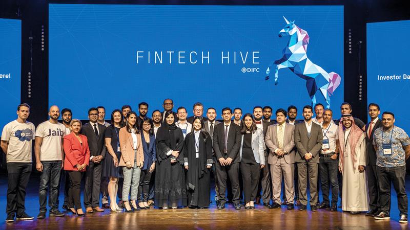 عدد من المشاركين في الدورة الثانية من برنامج مسرّع التكنولوجيا المالية «فينتك هايف». من المصدر