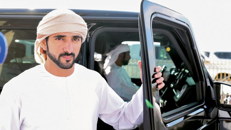 حمدان بن محمد خلال حضوره سباقات الهجن. من المصدر
