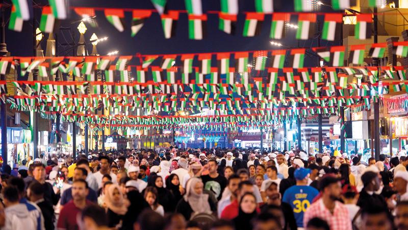 مرافق القرية وممراتها تتزيّن جميعها بألوان العلم الإماراتي. من المصدر