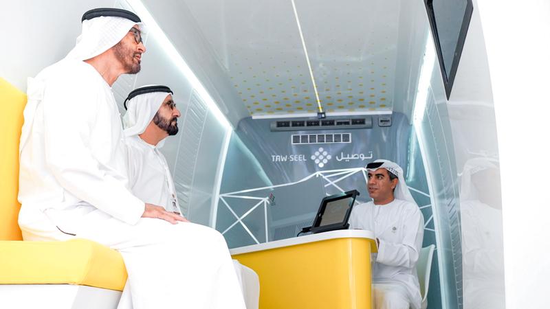 محمد بن راشد ومحمد بن زايد خلال تفقدهما مركبة الخدمات الحكومية المبتكرة «توصيل».  وام