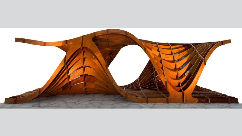 البنى الخشبية  ضمن المشروع تشكل تجسيداً للصحراء بانسيابيتها.  من المصدر