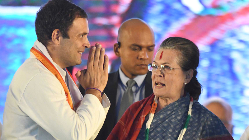 زعيم حزب المؤتمر راهول غاندي يحيي والدته سونيا غاندي. أ.ف.ب
