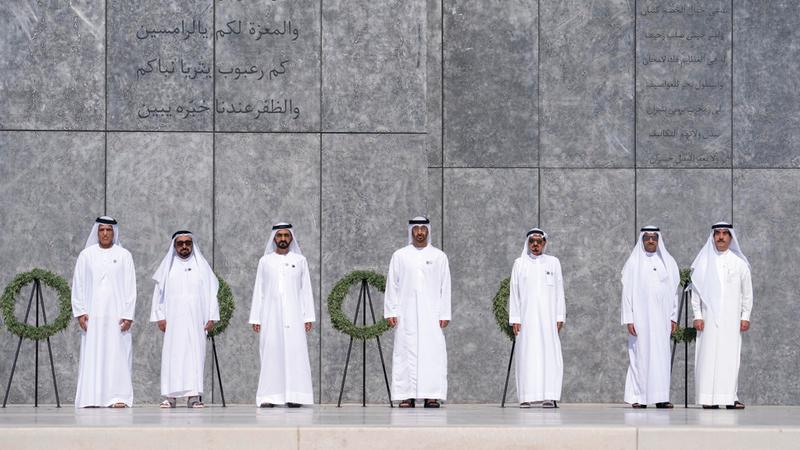 محمد بن راشد ومحمد بن زايد والحكّام عقب وضع أكاليل الزهور أمام نصب الشهيد.  وام