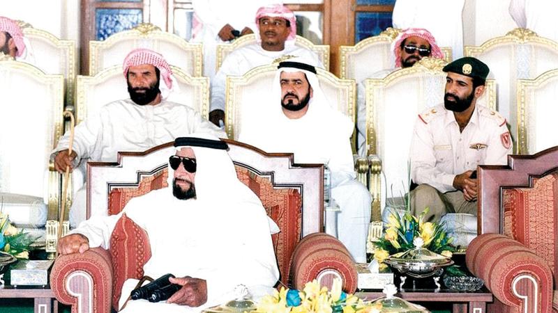 الشيخ زايد خلال حضوره إحدى المناسبات.. ويظهر سعيد العامري في الخلف (يمين). أرشيفية