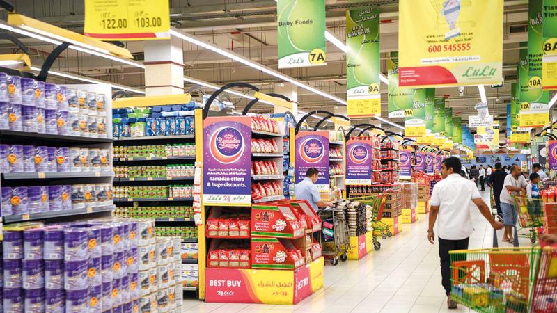عروض التخفيضات توفر خيارات متنوّعة من السلع للمستهلكين. الإمارات اليوم