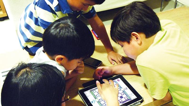 ممارسة الألعاب الإلكترونية باتت تؤرّق آباء وأمهات وجهات تربوية على مستوى العالم. من المصدر