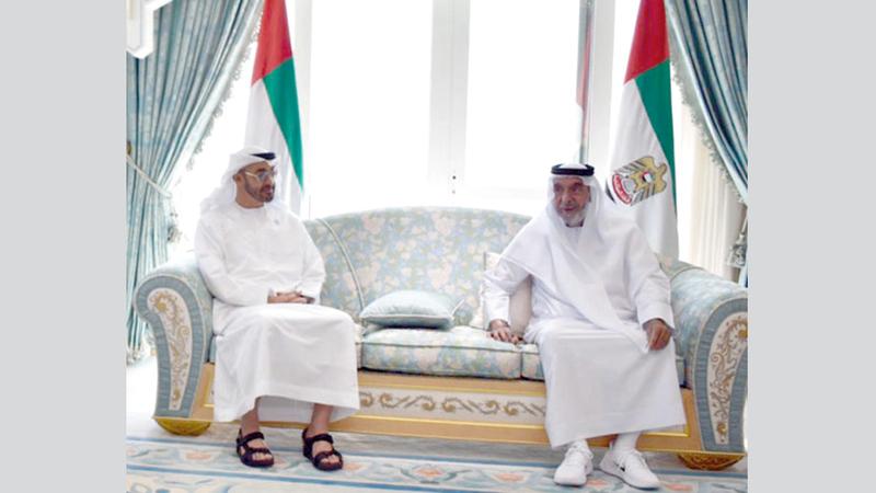 رئيس الدولة خلال استقباله محمد بن زايد في قصر البطين أمس. وام