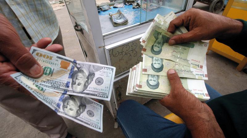 العقوبات على إيران من شأنها أن تؤثر في سعر صرف العملة المحلية.  رويترز