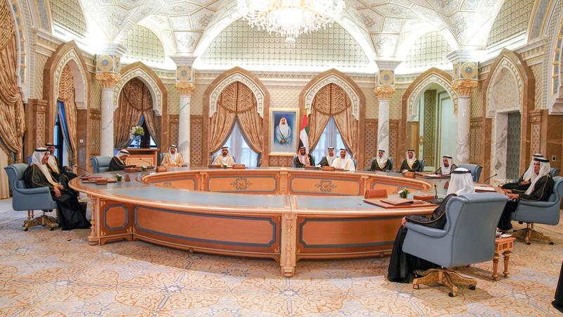 محمد بن راشد ومحمد بن زايد وحكام الإمارات خلال اجتماع المجلس الأعلى للاتحاد. من المصدر