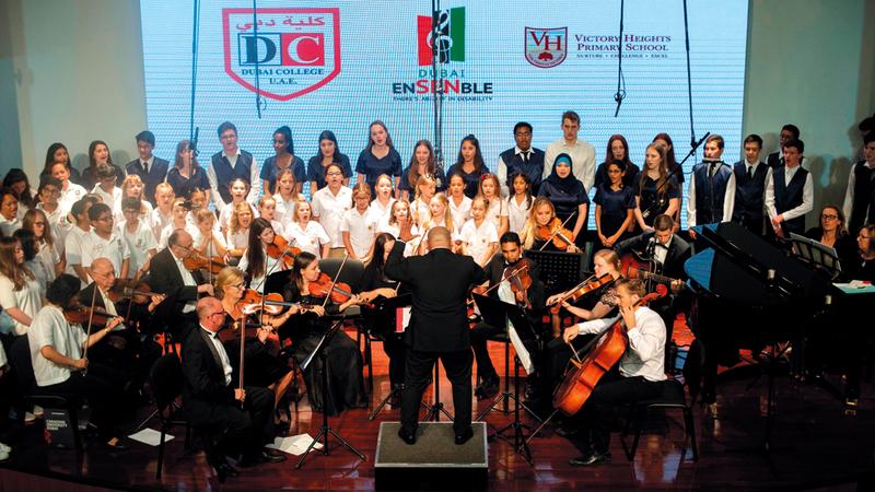 انضم إلى الحفل عدد من كورالات المدارس الأخرى بمشاركة أوركسترا الإمارات الفيلهارمونية. من المصدر