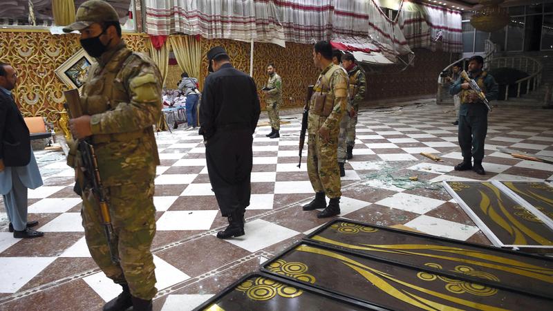 رجال أمن أفغان داخل صالة أفراح بعد هجوم انتحاري في كابول كان صفعة لاستراتيجية واشنطن في هذا البلد. أ.ف.ب