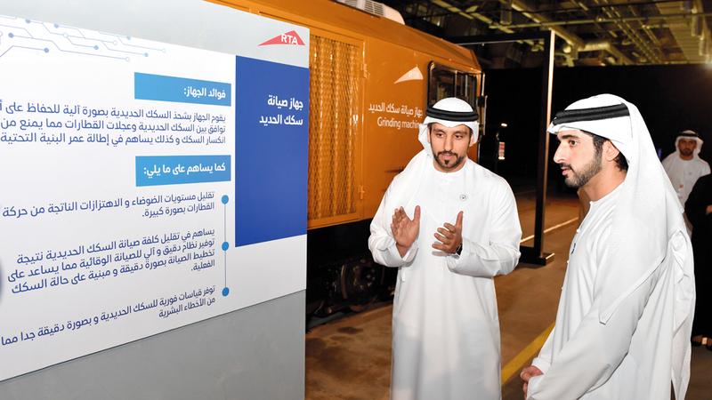حمدان بن محمد خلال زيارته لمرآب مترو دبي في الراشدية. وام