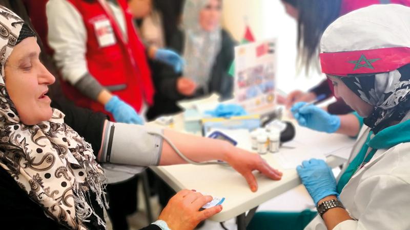 فريق طبي إماراتي - مغربي تطوّعي يشرف على تنفيذ المبادرة. من المصدر