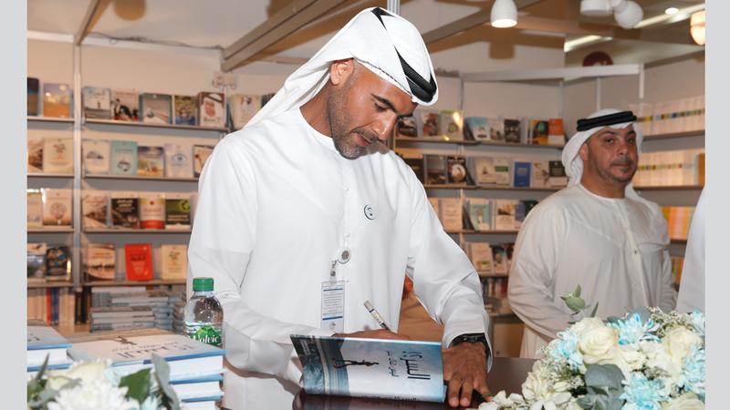 خالد السويدي يوقع كتابه «السر» الذي يروي فيه تجربة ذات طابع إنساني محفز. الإمارات اليوم