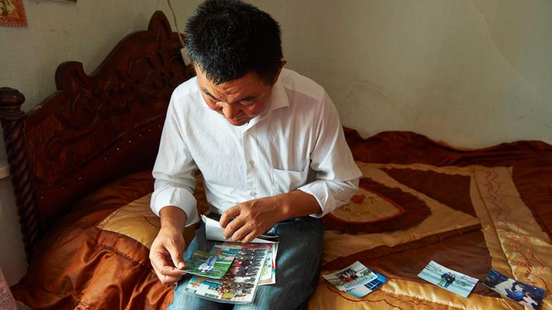 «إسلام» يستعرض صور عائلته.  غيتي