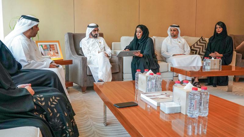 محمد بن راشد خلال زيارته مقر المكتب الإعلامي لحكومة دبي. وام