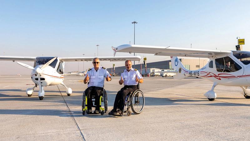 مايك لومبرغ «يسار» وجيلوم فيرال سعيدان بإكمال جزء من مهمتهما بالطيران حول العالم. من المصدر
