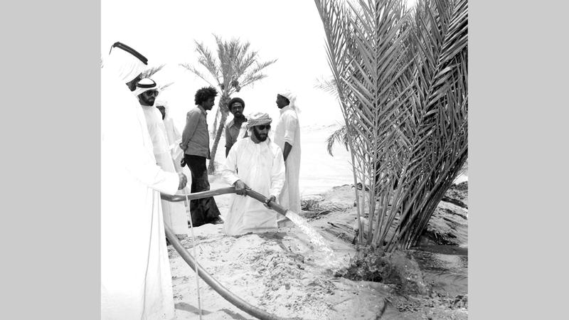 الشيخ زايد خلال إحدى زياراته إلى منطقة ليوا. أرشيفية