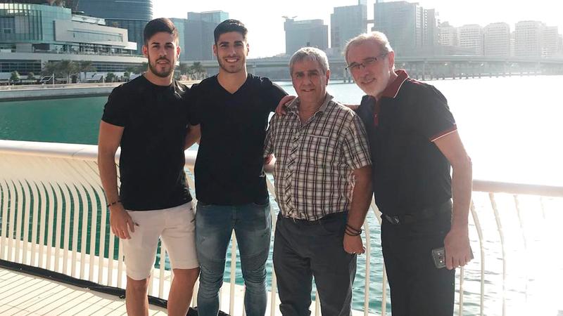 ماركو أسينسيو مع عائلته خلال مونديال الإمارات الموسم الماضي.  من المصدر