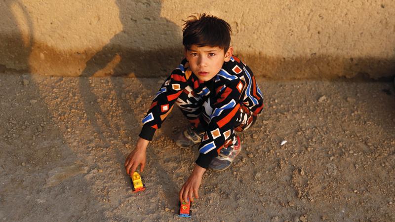 مرتضى أحمدي يبلغ حالياً 7 سنوات ويعاني اللجوء في العاصمة الأفغانية كابول. إي.بي.إي
