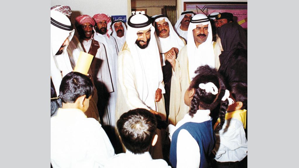 الشيخ زايد كان يحثّ الأبناء دوماً على مواصلة التعليم. أرشيفية