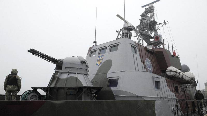 جندي أوكراني يحرس سفينة حربية في بحر آزوف الذي أعلن فيه الروس أخيراً إطلاق النار على الجيش الأوكراني.  أ.ف.ب