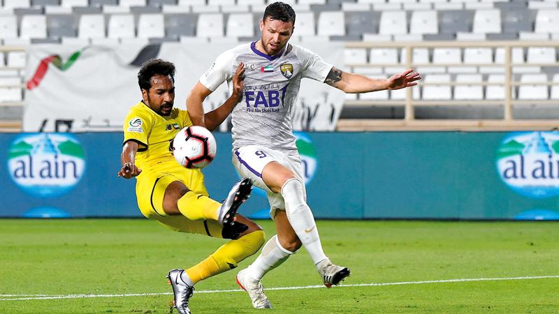 بيرغ في صراع على الكرة مع سالم العزيزي خلال لقاء العين والوصل. تصوير: إريك أرازاس