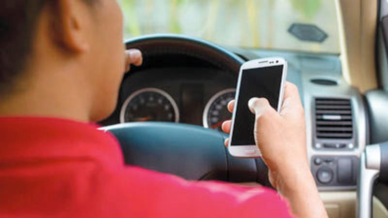 استعمال الهاتف والتدخين وتناول الطعام قد يعرقل حركة السير. من المصدر