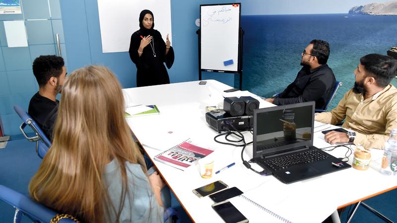 معظم المنتظمين في معهد «الرمسة لتعليم اللهجة الإماراتية» من الأطباء والمعلمين والمهندسين الحريصين على تعلم اللغة.  تصوير: أسامة أبوغانم