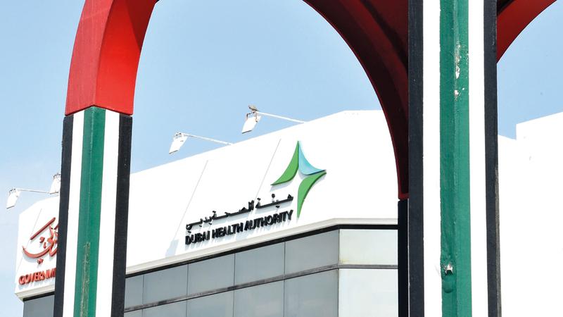 «صحة دبي» حريصة على الوصول إلى المرضى الذين تحول ظروفهم دون انتقالهم إلى منشآتها الطبية. تصوير أسامة أبو غانم