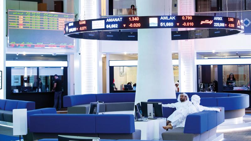 مسح «الإمارات اليوم» أظهر تراجُع أسعار 18 سهماً في سوق دبي المالي دون قيمتها الدفترية. تصوير: أحمد عرديتي