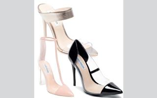 الصورة: إطلالة جريئة مع أحذية «ستيف مادن» الشفافة