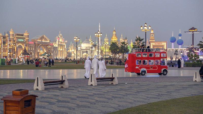 تواصل القرية العالمية، الوجهة السياحية والترفيهية الأبرز في دبي، استقبال زوارها من مواطنين ومقيمين وسيّاح. وكما تزدحم طرقاتها بالزوّار، كذلك يكتظّ برنامجها بالفعاليات الفنية والترفيهية،