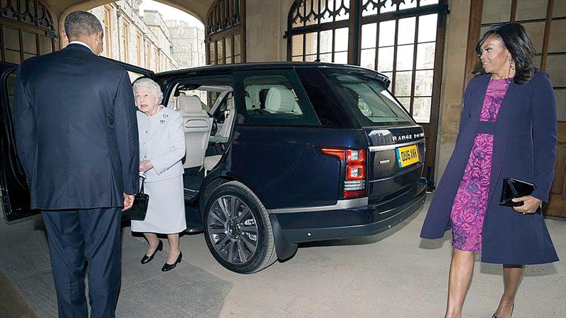 أوباما وزوجته بصحبة الملكة بعد اصطحابهما في سيارة الـ «رينج روفر» المعروضة للبيع.  أرشيفية