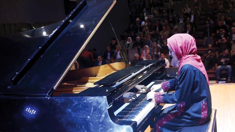 يارا ثابت من المحظوظات اللاتي عزفن على بيانو ضخم قدمته الحكومة اليابانية منحة إلى الشعب الفلسطيني منذ 20 عاماً. من المصدر