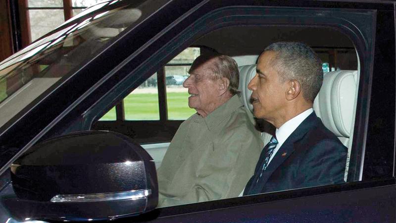 أوباما يجلس في الكرسي الأمامي بصحبة الأمير فيليب الذي صرف السائق وجلس مكانه خلف عجلة القيادة. أرشيفية