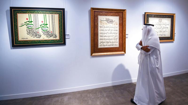 الزخرفة تساند الخط لتمنحه بعداً جمالياً إضافياً في غالبية اللوحات.  تصوير: أحمد عرديتي