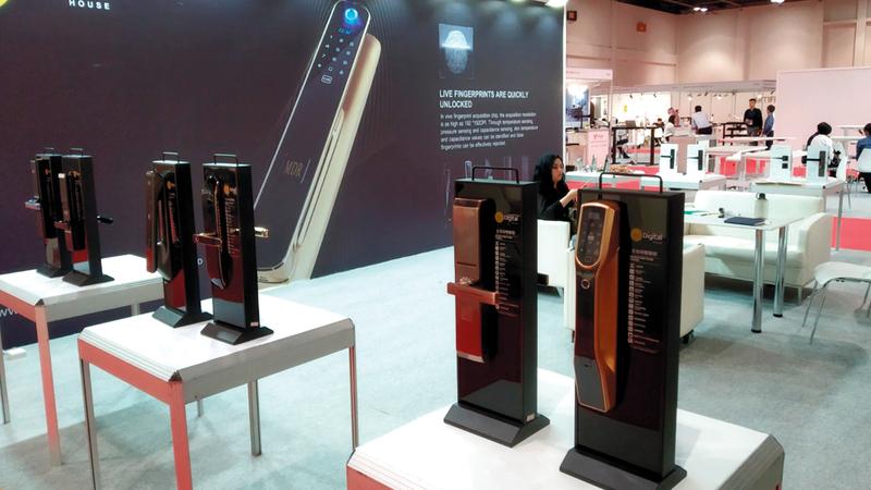 الأجهزة المبتكرة تضمنت مقابض أبواب تستخدم بصمات الأصابع أو الوجه. من المصدر