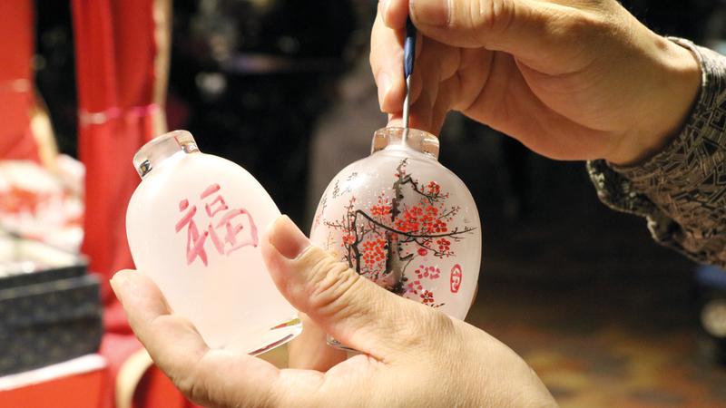 الرسم داخل قوارير زجاجية بدأ في الصين منذ مئات السنين وكان خاصاً بالأسرة المالكة. الإمارات اليوم