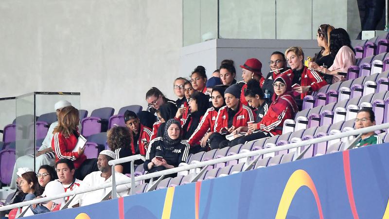 المدربات المواطنات يتابعن المباراة. من المصدر