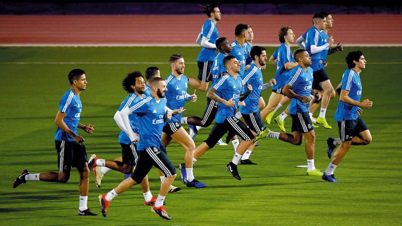 24 لاعباً شاركوا في تدريب ريال مدريد بأبوظبي أمس.  تصوير: إريك أرازاس