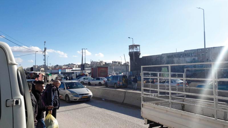سيارات الفلسطينيين تنتظر خارج المعبر في انتظار السماح لها إلى جانب المواطنين بالمرور. الإمارات اليوم