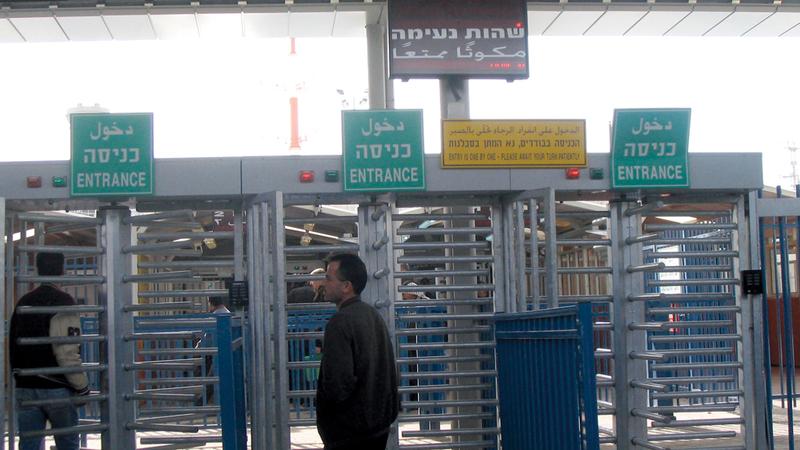 إسرائيل تغلق معبر قلنديا بصورة متكررة خصوصاً في أوقات المواجهات. الإمارات اليوم