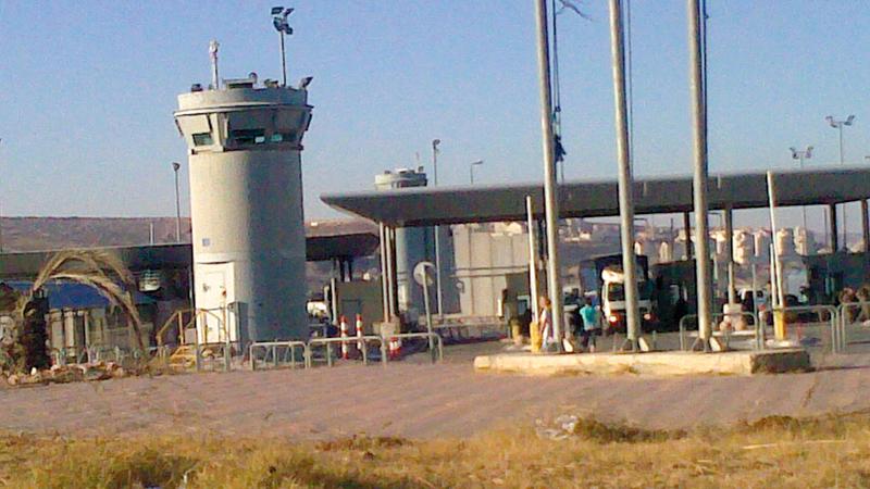 حاجز قلنديا معزَّز بأبراج عسكرية وكاميرات مراقبة. الإمارات اليوم