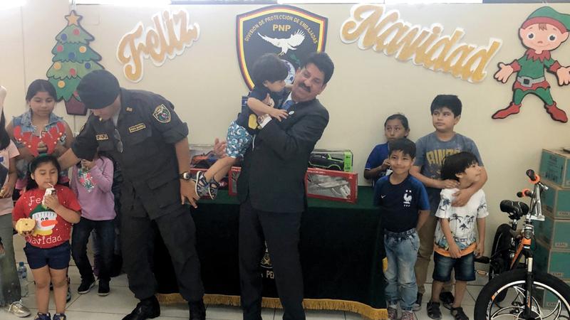 سفير الدولة لدى البيرو سلّم الأطفال مجموعة من الهدايا تبرّعت بها الإمارات. من المصدر