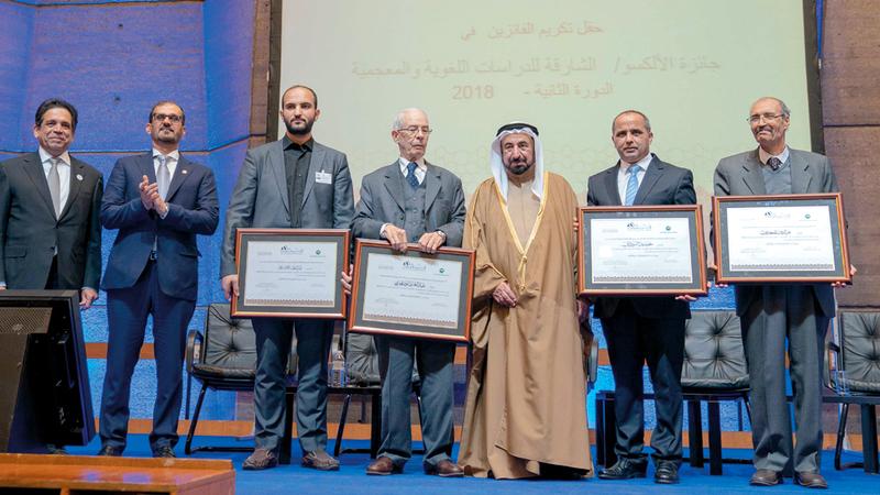 سلطان القاسمي خلال تكريم الفائزين بالدورة الثانية للجائزة في فئاتها المختلفة. وام