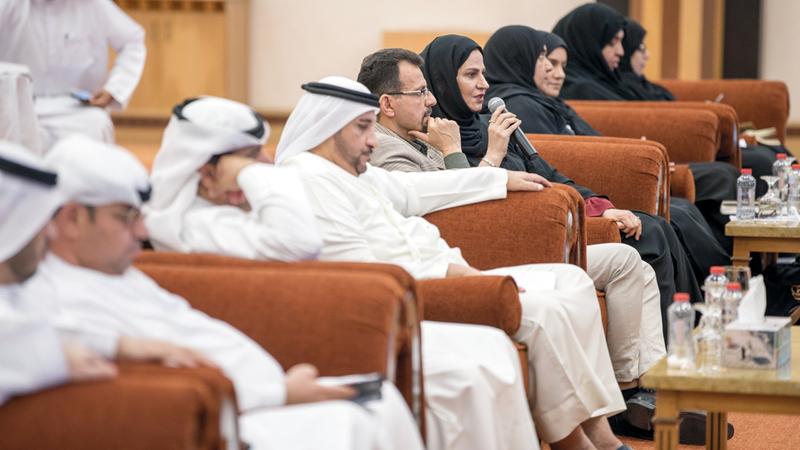 أخصائيون من «الأمين» خلال جلسة حوارية مع مديري مدارس تحت عنوان: «الثقافة الأمنية وتأثيرها على المجتمع». من المصدر