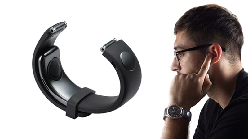يمكن للمستخدمين استعمال جهاز «سامسونغ سي لاب» كهاتف عندما يضعون أصابعهم على آذانهم. من المصدر