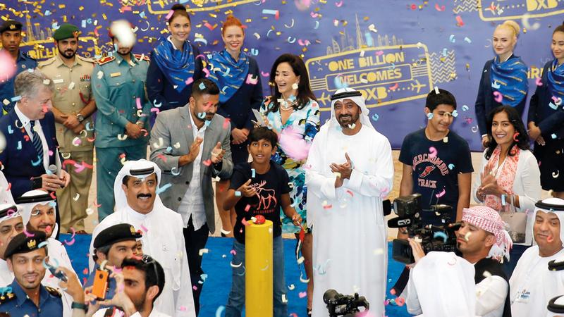 أحمد بن سعيد أكد خلال الحفل أن الإنجاز التاريخي لاستقبال الزائر رقم مليار هو نتيجة العمل الجماعي والتعاون بين الجهات العاملة في المطار.  من المصدر